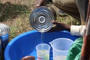 Aid workers distributing vegetable oil to beneficiaries የእርዳታ ሠራተኞች የምግብ ዘይት ሲያከፋፍሉ