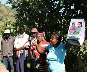 Health extension worker giving a presentation on maternal care during pregnancy at the health post አንዲት የጤና ኤክስተንሽን ሠራተኛ በእርግዝና ወቅት ለእናቶች መደረግ ስላለበት እንክብካቤ ገለጻ ሲሰጡ