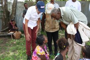 Ambassador Haslach interacting with food aid recipients at Abela Faricho JEOP Food Distribution Center አምባሳደር ሃስላክ በአቤላ ፋሪቾ ወረዳ ተገኝተው ከምግብ እርዳታ ተቀባዮች ጋር ሲነጋገሩ