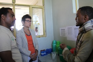 Health care officer explaining to Ambassador Haslach about services at the Stabilization Center for the treatment of malnourished children, Mirab Abaya አምባሳደር ሃስላክ በምዕራብ አባያ በምግብ እጥረት የተጎዱ ህጻናት ክብካቤ በሚያገኙበት የማገገሚያ ማዕከል በተገኙበት ወቅት ገለጻ ሲደረግላቸው
