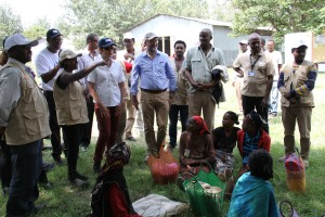World Vision JEOP Program Manager introducing Ambassador Haslach to food aid recipients የወርልድ ቪዥን የምግብ እርዳታ ፕሮግራም ኃላፊ ለእርዳታ ተቀባዮቹ አምባሳደር ሃስላክን ሲያስተዋውቁ