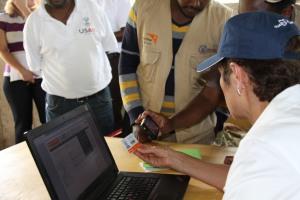 Ambassador Haslach getting first-hand experience of how the food distribution system works አምባሳደር ሃስላክ የምግብ ስርጭት ሥርዓቱ እንዴት እንደሚሠራ ተሞክሮ ሲወስዱ