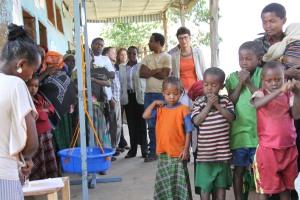 Ambassador Haslach attending a balanced diet preparation session for mothers along with GOAL Ethiopiaand WFP personnel አምባሳደር ሃስላክ ከጎል ኢትዮጵያና ከዓለም የምግብ ፕሮግራም ሠራተኞች ጋር በመሆን የተመጣጠነ ምግብ አዘገጃጀት ገለጻ ሲከታተሉ