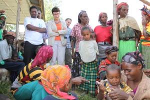 Ambassador Haslach observing a balanced food preparation session for mothers at a Mirab Abaya Woreda (district) health post አምባሳደር ሃስላክ በምዕራብ አባያ በሚገኘው የጤና ኬላ ተገኝተው ለእናቶች የተመጣጠነ ምግብ አዘገጃጀት ገለጻ በተከታተሉበት ወቅት
